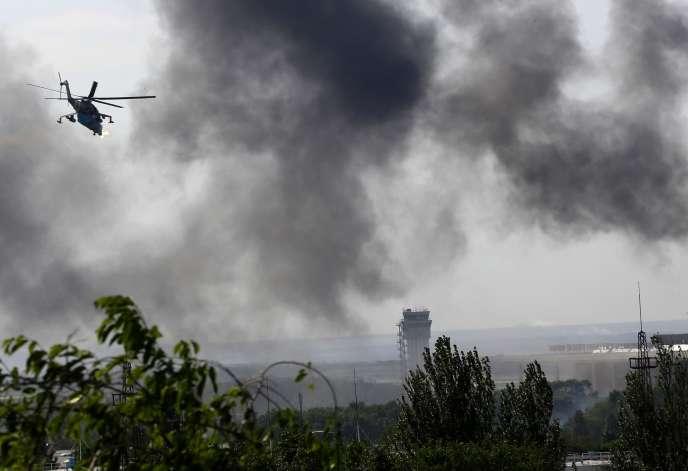 Un hélicoptère Mi-24 de l'armée ukrainienne mitraille l'aéroport de Donetsk, en mai.