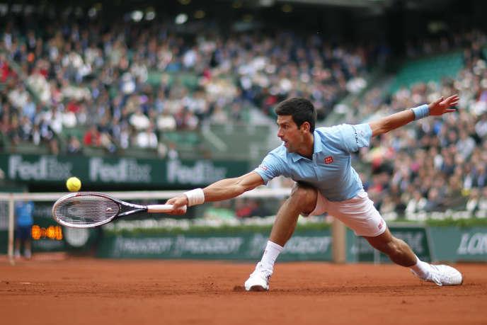 Novak Djokovic s'est facilement débarrassé du Portugais Joao Sousa, lundi 27 mai sur le Central de Roland-Garros.