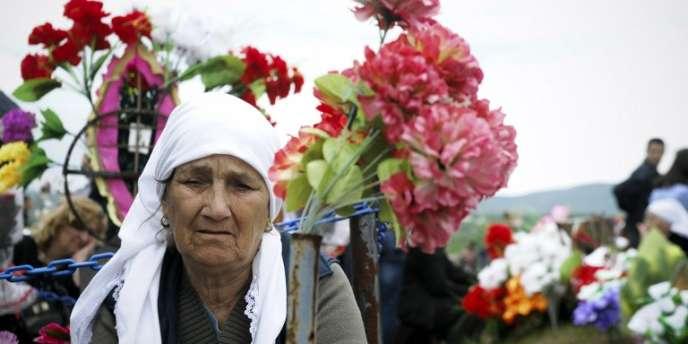 Une femme kosovare albanaise sur la tombe d'un de ses proches pendant la journée des personnes disparues, à Meje le 27 avril 2014.