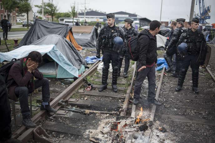 L'évacuation par la police de plusieurs camps de migrants qui abritaient quelque 650 personnes depuis plusieurs semaines a démarré tôt mercredi 28 mai.