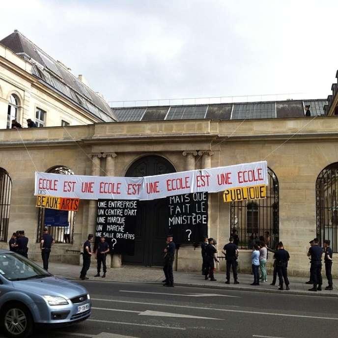 Les étudiants de l'école des Beaux-Arts de Paris ont accroché des banderoles pour manifester leur mécontentement.