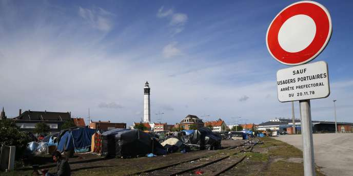 Le préfet du Pas-de-Calais avait  annoncé l'évacuation de trois importants campements de migrants en raison du nombre de plus en plus important d'étrangers regroupés près du port de Calais pour tenter de passer au Royaume-Uni.