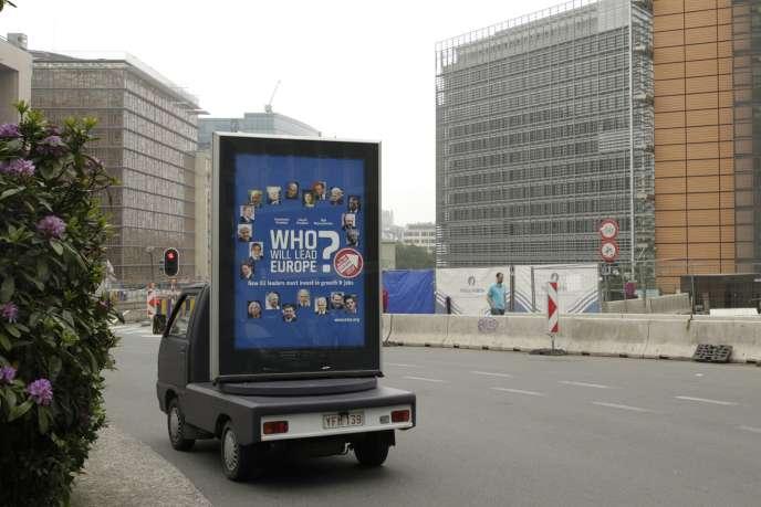 Devant le siège de la Commission européenne, mardi 27 mai 2014, à Bruxelles. Sur l'affiche : « Qui va diriger l'Europe ? ».
