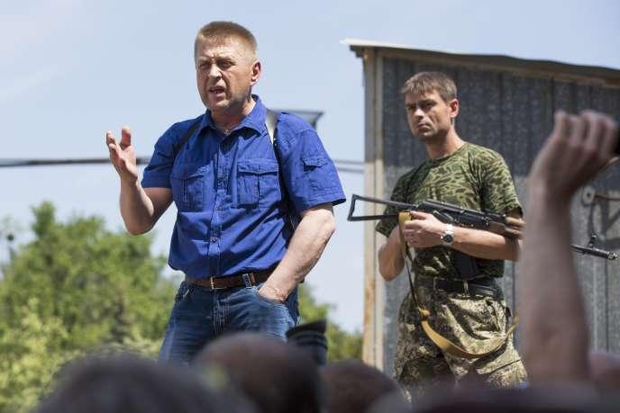 «Nous les avons interpellés. Nous allons mettre au clair qui ils sont, où ils allaient et pourquoi, et nous les relâcherons», a déclaré à l'agence Interfax Viatcheslav Ponomarev, le «maire» de Sloviansk.