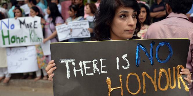 Des militants des droits humains pakistanais ont protesté le 29 mai contre la mort de Farzana Parveen, lapidée dans une rue de Lahore par des proches.