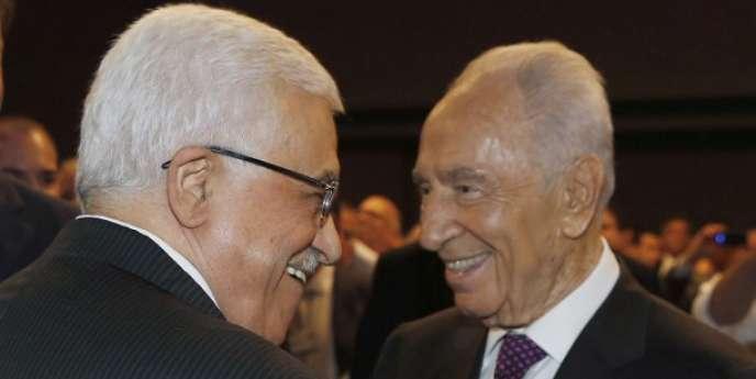 Le président israélien, Shimon Pérès, et le président palestinien, Mahmoud Abbas, en mai 2013.