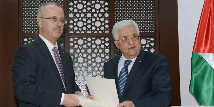 Le président de l'Autorité palestinienne, Mahmoud Abbas, avec le premier ministre, Rami Hamdallah, à Ramallah, en Cisjordanie.