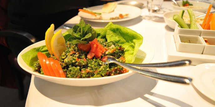 En vacances, 70 % des voyageurs français dînent au restaurant.