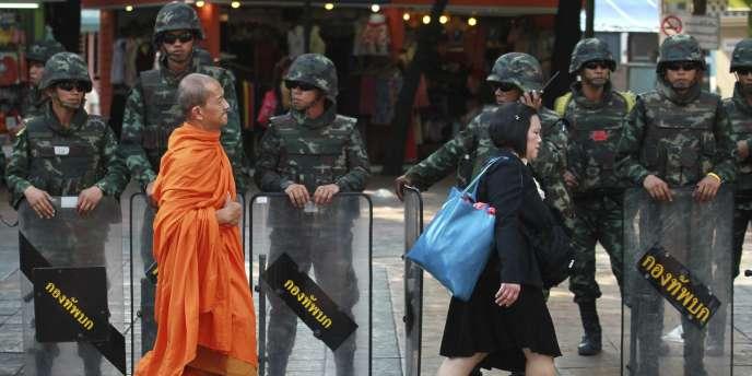 Des soldats thaïlandais gardent la place du Monument-de-la-Victoire à Bangkok pour prévenir toute manifestation contre le coup d'Etat militaire, le 30 mai.
