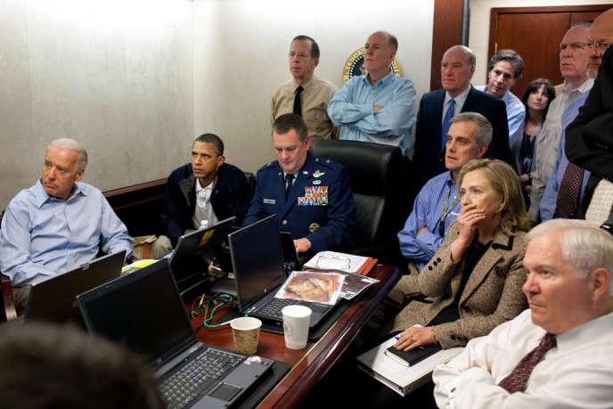Joe Biden, Barack Obama et Hilary Clinton suivent en direct l'opération de traque de Ben Laden, à la Maison Blanche, le 1er mai 2011.