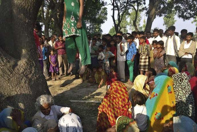 Des habitants du village de Katra, dans l'Uttar Pradesh, rassemblés sur le lieu de la pendaison des deux adolescentes violées le 28 mai 2014.