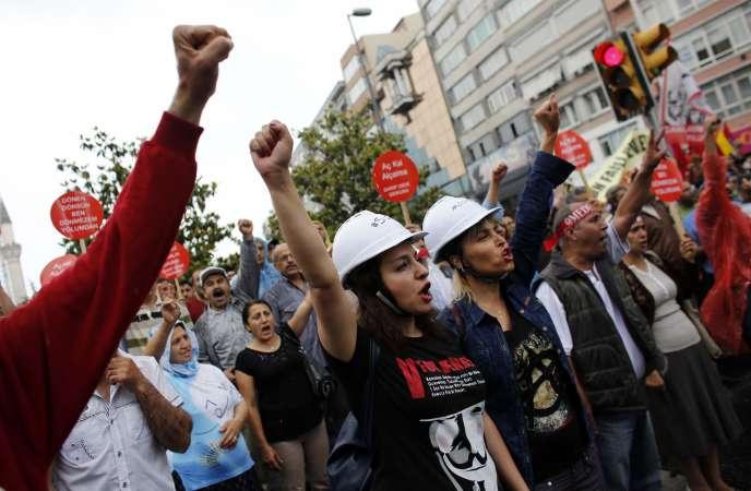 Manifestants antigouvernementaux dans le quartier d'Okmeydani, le 25 mai à Istanbul.