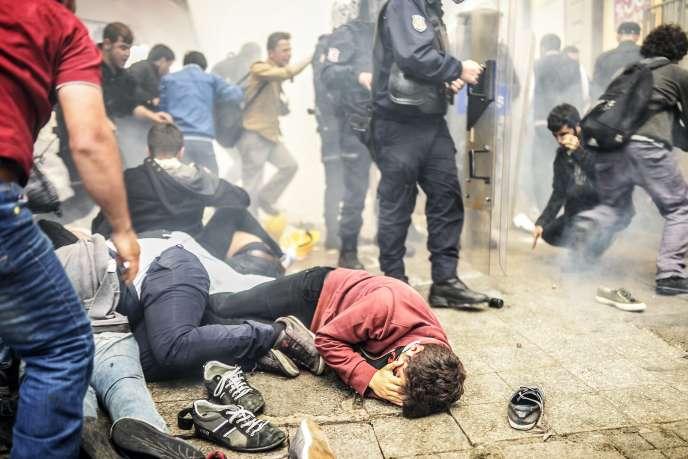 Des manifestants à terre après l'intervention des forces de police à proximité de la place Taksim, à Istanbul, samedi 31 mai.