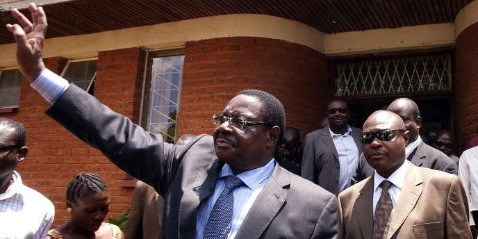 Peter Mutharika, chef de file du Parti démocrate progressiste (PDD), est le frère de l'ancien président Bingu wa Mutharika.