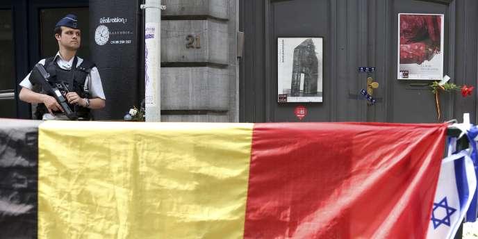 Un policier devant le Musée juif de Bruxelles, dimanche 1er juin.