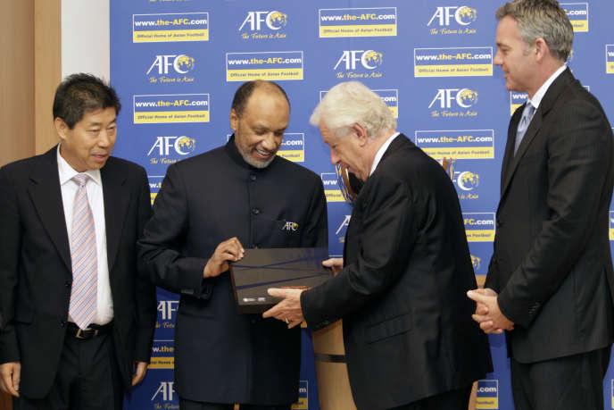 Mohamed Ben Hammam (deuxième à gauche) et Franck Lowy, président de la Fédération australienne de football, le 29 juillet à Kuala Lumpur.