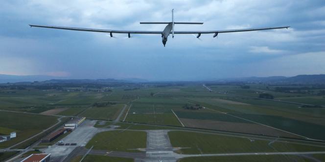 Avec aux commandes le pilote d'essai allemand Markus Scherdel, l'avion s'est élancé sur la piste, propulsé par ses quatre moteurs électriques alimentés par 17 200 cellules solaires.