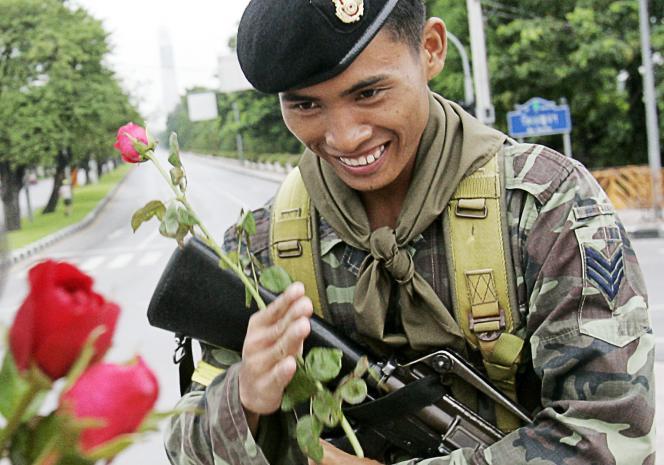 Un soldat thaïlandais reçoit des fleurs offertes par des partisans du coup d'Etat, le 24 septembre 2006 à Bangkok.
