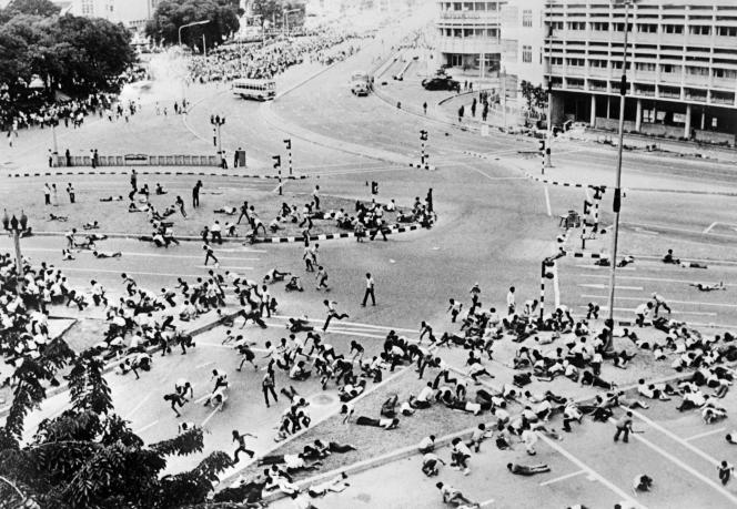 En octobre 1973, à Bangkok, l'armée ouvre le feu sur les étudiants.