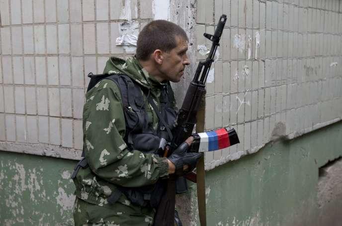 Un combattant prorusse à Louhansk, le 2 juin 2014.