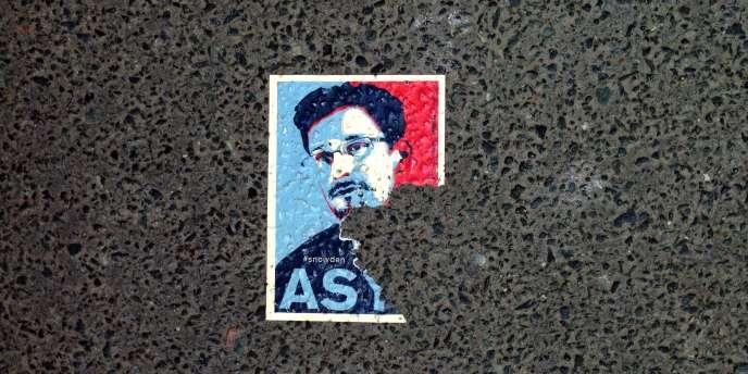 Un autocollant appelant à accueillir Edward Snowden en Allemagne, dans une rue de Berlin le26mai.