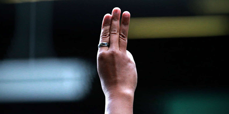 Le salut au x trois doigts, à Bangkok, le 1er juin.