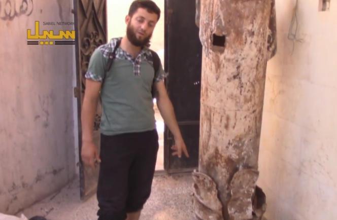 Dans une vidéo, un Syrien montre un obus chargé de chlore non explosé à Al-Telmanaa.