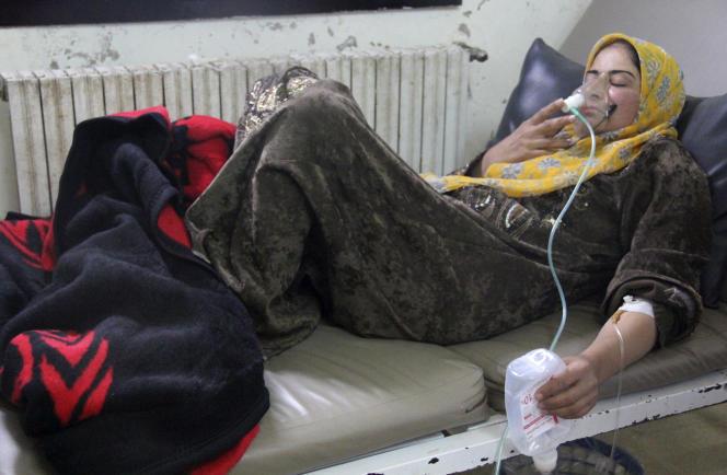 A Kafr-Zita, une femme sous assistance respiratoire dans un hôpital de fortune après une attaque au chlore dans la ville.