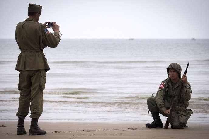 Des hommes en uniforme de soldats américains de la seconde guerre mondiale à Vierville-sur-Mer, le 2 juin.