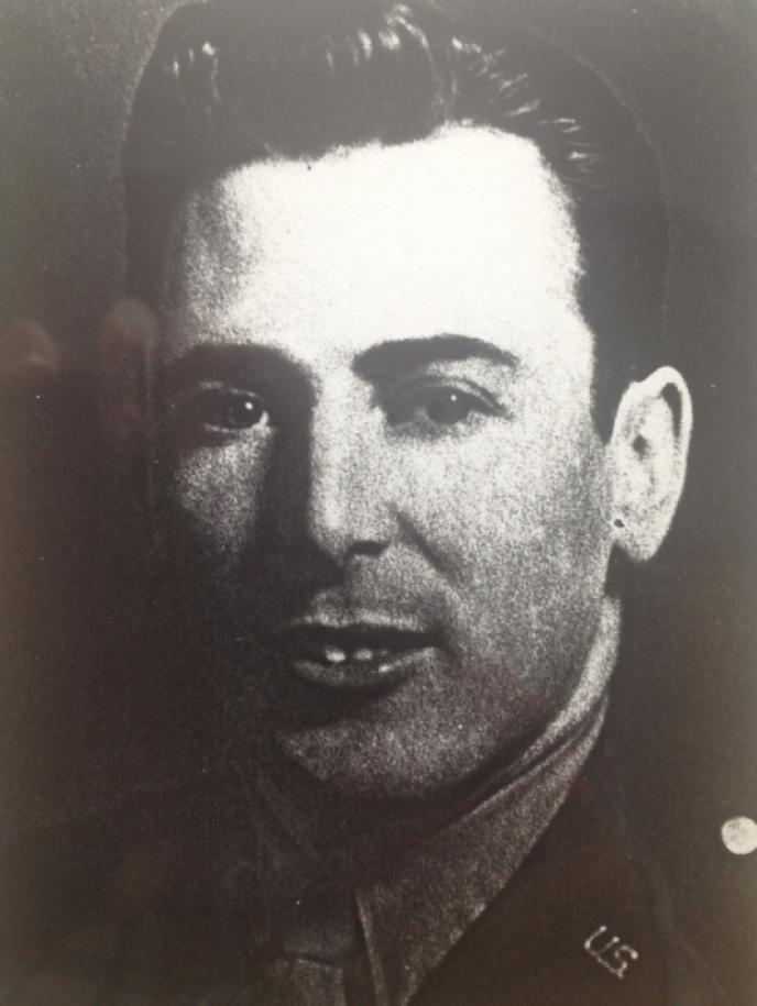 Le 6 juin 1944, le ranger américain Len Lommel s'apprête à escalader la pointe du Hoc.