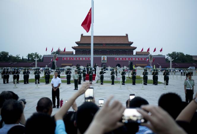 Cérémonie de lever du drapeau chinois sur la place Tiananmen, à Pékin, mercredi 4 juin.
