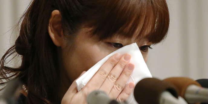 Haruko Obokata — ici le 9 avril —, la jeune scientifique japonaise au cœur d'une polémique sur une découverte falsifiée dans le domaine cellulaire, a accepté de retirer ses deux communications publiées par la revue scientifique «Nature».