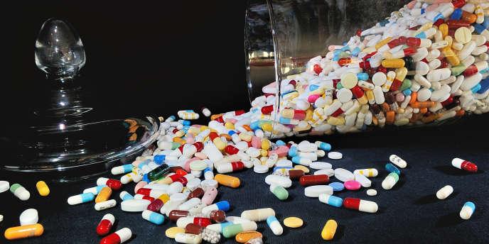 Un bocal contenant des comprimés et des pilules.