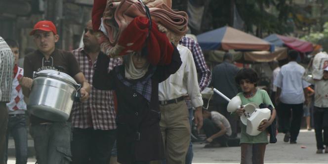 Des réfugiés syriens fuyant Alep, le 4 juin.
