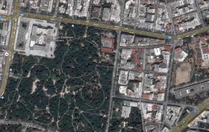 Le site archéologique du Lycée d'Aristote (à droite) a été mis au jour dans le centre d'Athènes, près du Parlement.