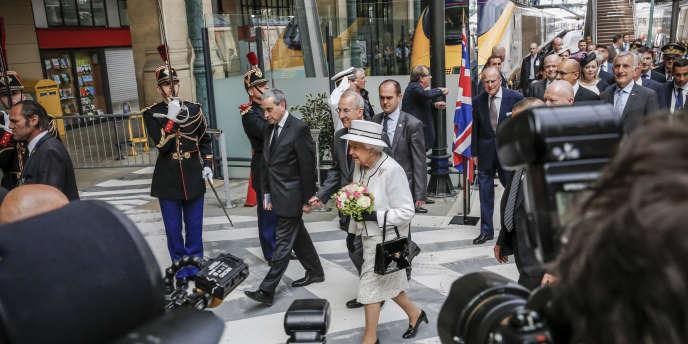 La reine Elisabeth II à son arrivée à la gare du nord, à Paris, le 5 juin, à la veille des célébrations du Débarquement.