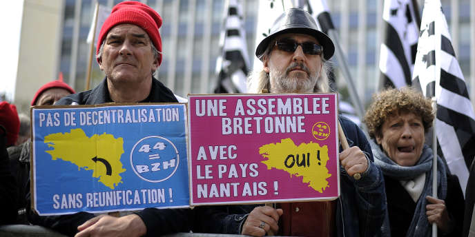 Des partisans du rattachement de la Loire-Atlantique à la région Bretagne, à Nantes, le 19 avril.