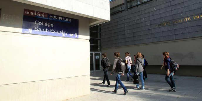 Des collégiens entrent dans le collège Saint-Exupéry de Perpignan en octobre 2013.