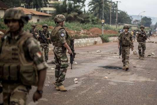 """Des militaires français de l'opération """"Sangaris"""", le 30 mai 2014, à Bangui."""