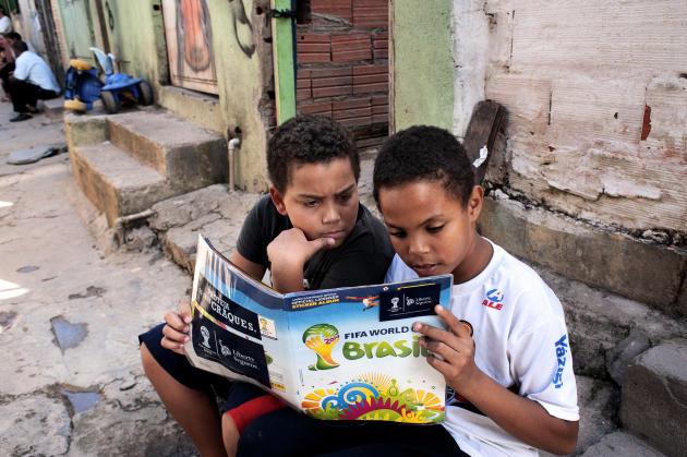 Deux enfants de la favela Vila da Paz à Itaquera, juste à côté du stade Arena Corithians.