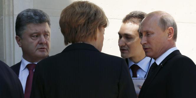 Les présidents ukrainien et russe, accompagnés de la chancelière allemande, Angela Merkel, le6juin.