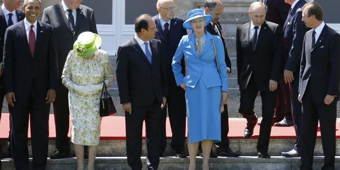 Sous les regards des chefs d'Etat, Vladimir Poutine se positionne pour la photo de famille au château de Benouville, le 6 juin.