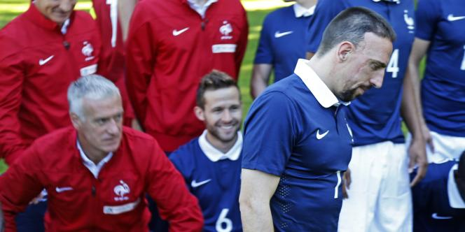 Franck Ribéry, devant Didier Deschamps, le 6 juin à Clairefontaine lors de la photo officielle de l'équipe de France.