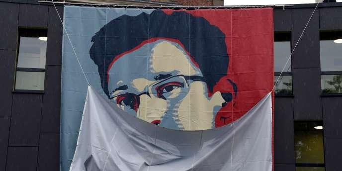Portrait d'Edward Snowden, dévoilé par des étudiants de l'académie Muthesius d'architecture, de design et des beaux-arts de Kiel, en Allemagne.