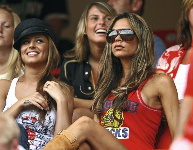Cheryl Cole (à l'époque épouse d'Ashley, à gauche) et Victoria Beckham à Nuremberg, lors du Mondial 2006.  A Rio, elles ne  pourront pas accéder à l'hôtel des joueurs anglais.