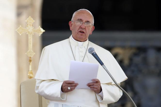 Le pape François, vendredi 6 juin place Saint-Pierre, à Rome.