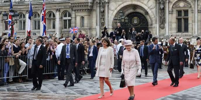 La reine Elizabeth II était l'hôte de la Ville de Paris samedi matin pour le dernier jour de sa visite d'Etat en France, avec une réception à l'hôtel de ville où elle a été accueillie par la maire, Anne Hidalgo.