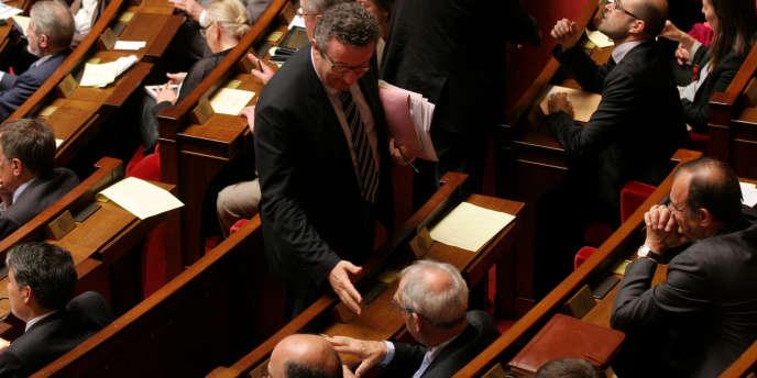 Le député PS Christian Paul (Nièvre) salue Henri Emmanuelli (Landes), le 3 juin, à l'Assemblée nationale.