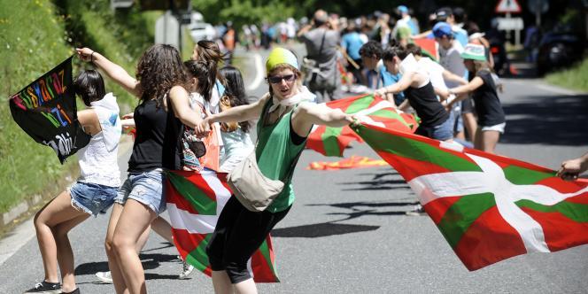 Les participants se sont pris la main le long des routes, agitant l'ikurriña, le drapeau basque rouge, blanc et vert.
