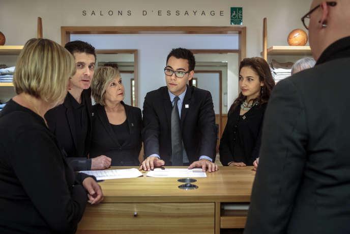Kévin Coupé, en alternance élève à l'École Internationale  de Marketing de Luxe de Paris, et directeur du rayon homme du Bon Marché, s'entretient avec des employés au Bon Marché, le 4 juin 2014.